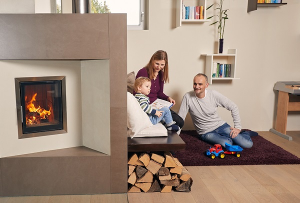 Foto von Eltern und einem Kind neben einem Kachelofen von Hafnertec
