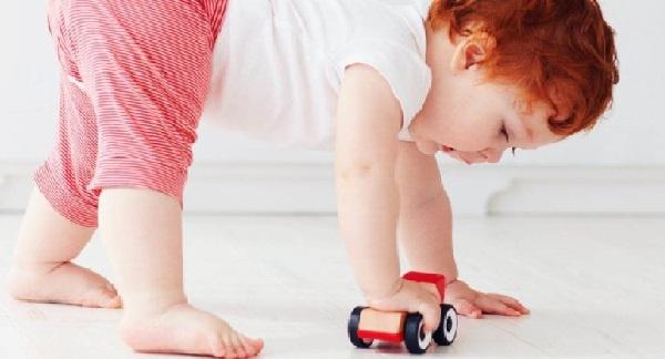 Foto eines Babys, das auf dem Fußboden spielt, das für die wohlige Wärme der Actifloor Fußbodenheizung steht