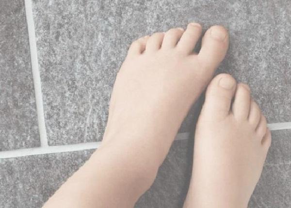 Foto von Füßen auf einem Fußboden, die für die wohlige Wärme der Fußbodenheizung von Actifloor stehen