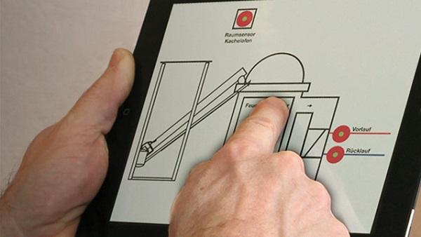 Foto einer Person, die ein Heizsystem von Hafnertec über ein Tablet steuert