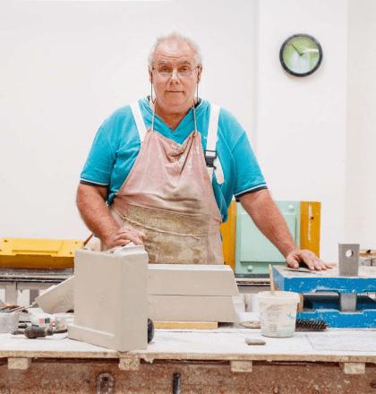 Foto eines Mitarbeiters von Hafnertec, der an Ofenkacheln arbeitet