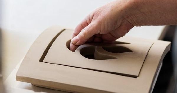 Foto einer handgefertigten Ofenkachel